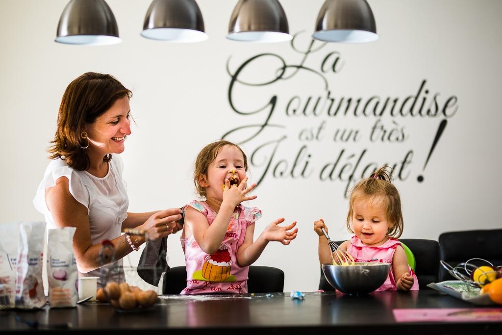 un atelier patisserie parent enfant, à domicile, lors d'un reportage photo du quotidien, l'approche documentaire de la photo de famille