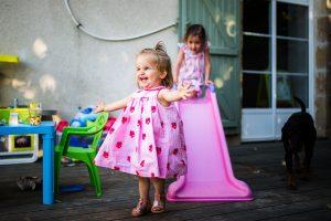 fierté d'une enfant qui réussit à faire du toboggan - reportage photo de famille