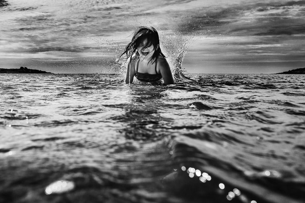 enfant qui joue dans l'eau lors d'un reportage de vacances