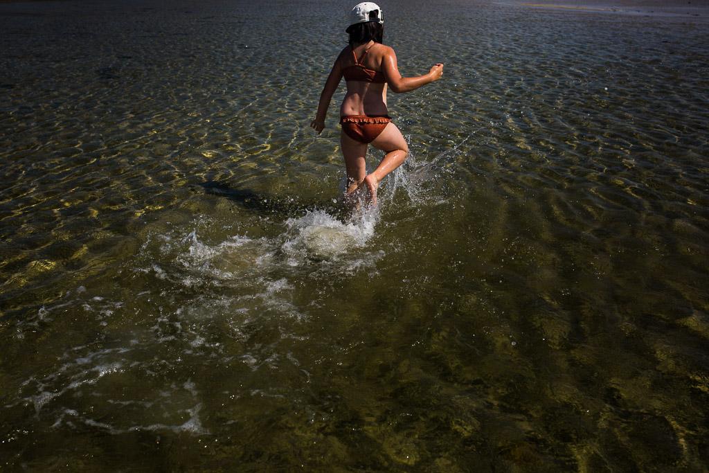 enfant qui court dans l'eau en Bretagne
