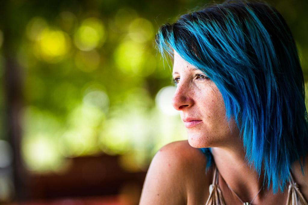 la photographe Julie Laraigné, pendant un reportage réalisé par Nicole Gevrey