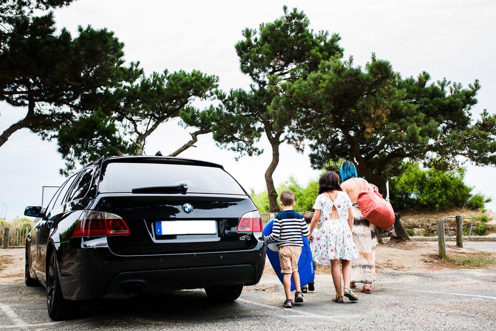 arrivée sur la plage en famille dans le Morbihan