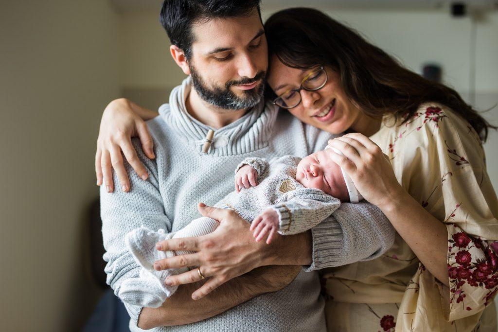 parents souriants après la naissance de leur enfant