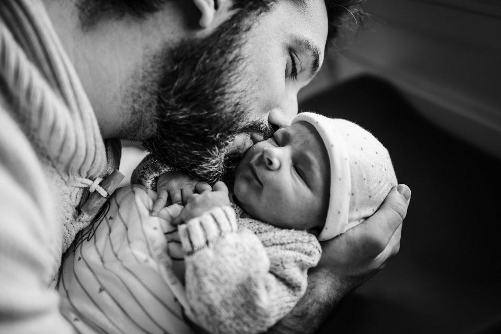 bisou d'un papa à son nouveau-né à la maternité